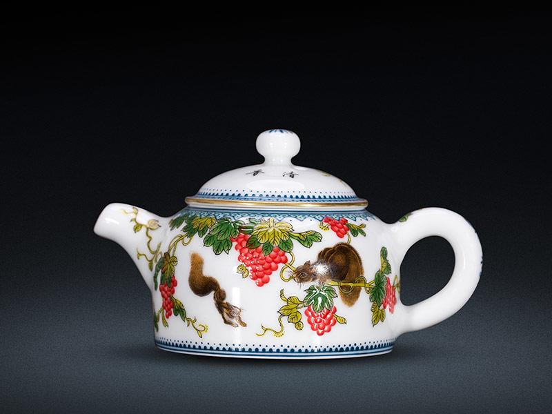 琺琅彩松鼠葡萄紋子福富貴茶壺